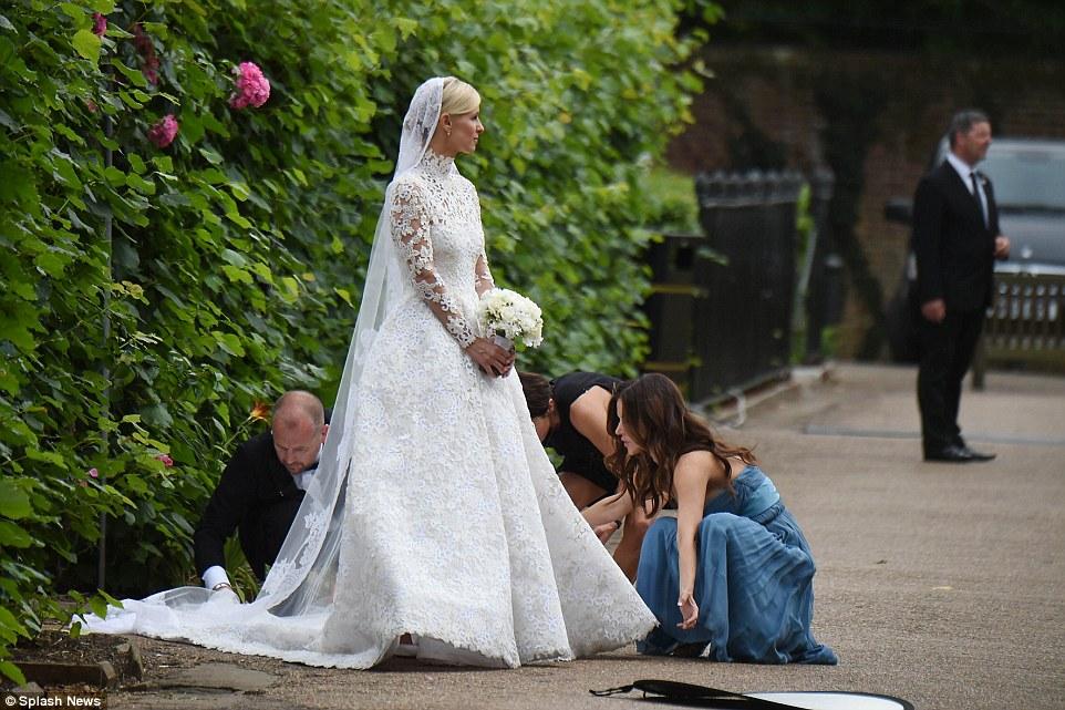 18ca600d5046 Γάμος της χρονιάς  H Πάρις Χίλτον κουμπάρα της πανέμορφης αδελφής ...