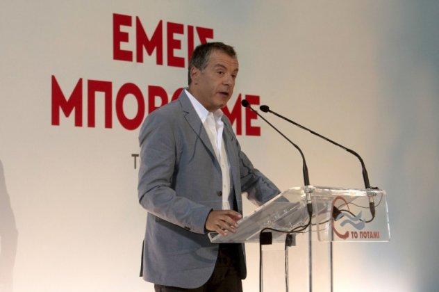 Θεοδωράκης επέκρινε τον Αλέξη Τσίπρα γιατί με τις καθυστερήσεις του  «αναγκάστηκε να υπογράψει ένα μνημόνιο που έχει αρκετά προβλήματα». «Δεν  έχουμε άλλη ... e7ab8d296b7