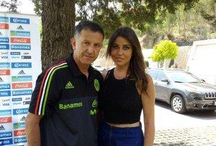 Από εδώ η κυρία μου κι από εδώ το αίσθημά μου: Ο προπονητής του Μεξικού πήγε στο Μουντιάλ και με την επίσημη και με το... μωρό του (Φωτό) - Κυρίως Φωτογραφία - Gallery - Video