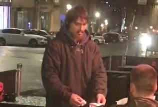 Μεγάλη Βρετανία: Άνδρας έδωσε σε έναν άστεγο την κάρτα του για να σηκώσει όσα χρήματα θέλει - Βίντεο - Κυρίως Φωτογραφία - Gallery - Video