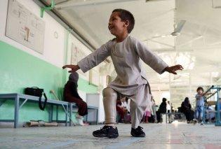 Συγκινητικό: 5χρονος Αφγανός χορεύει με το προσθετικό του πόδι – Δείτε την απίστευτη ιστορία του (φωτό & βίντεο)  - Κυρίως Φωτογραφία - Gallery - Video