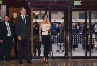 Τολμηρή εμφάνιση για την Βασίλισσα Λετίσια της Ισπανίας  - Fashion icon με ροζ φτερά & πούπουλα (φωτό) - Κυρίως Φωτογραφία - Gallery - Video