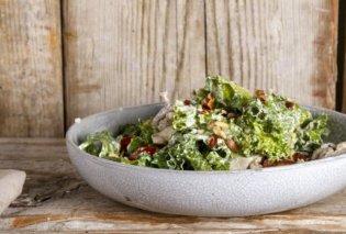 Ο Άκης Πετρετζίκης μας φτιάχνει την δροσερή σαλάτα του Καίσαρα – Με υπέροχο dressing από γιαούρτι - Κυρίως Φωτογραφία - Gallery - Video