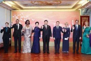 Μαρέβα Μητσοτάκη με πετρόλ τουαλέτα & μοβ ενσάρπα- Bleu Maren για την Μπριζίτ Μακρόν & την Πρώτη Κυρία της Κίνας - Το επίσημο δείπνο (φώτο) - Κυρίως Φωτογραφία - Gallery - Video