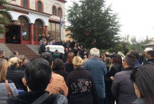 Κατερίνη: Βουβός θρήνος στις κηδείες μάνας & κόρης - Τραγική φιγούρα ο απαρηγόρητος πατέρας (φώτο) - Κυρίως Φωτογραφία - Gallery - Video