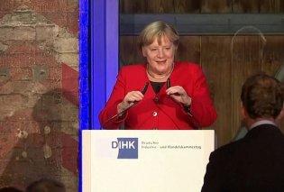 Βίντεο: Η στιγμή που η Μέρκελ σκοντάφτει & πέφτει στη σκηνή - Πάγωσαν όλοι - Κυρίως Φωτογραφία - Gallery - Video