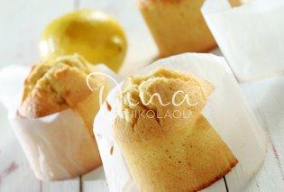 Η Ντίνα Νικολάου προτείνει: Υγρό & ζουμερό κέικ λεμονιού με κουκουνάρια - Κυρίως Φωτογραφία - Gallery - Video