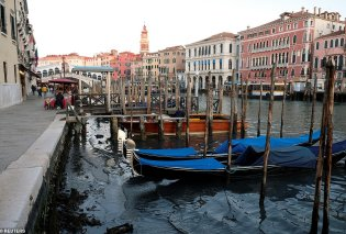 Βενετία με άδεια κανάλια: Οιγόνδολες βγήκαν στην στεριά από τηνάμπωτη μετά τις πρωτοφανείς πλημμύρες - Φώτο & Βίντεο   - Κυρίως Φωτογραφία - Gallery - Video