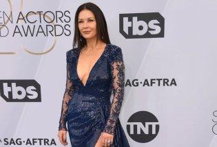 Throw back Oscars: Η Cathrine Zeta Jones έγκυος με το Oscar στα χέρια – H Ρίτα Γουίλσον έσκισε το … Valentino της  στα Oscars του Tom Hanks (φωτό) - Κυρίως Φωτογραφία - Gallery - Video