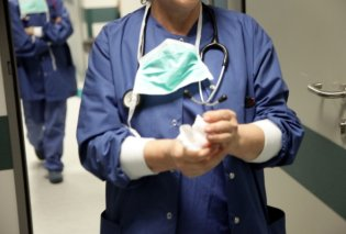 Topwoman η Ελόνα η Αλβανή: Έφτιαξε 600 χειρουργικές μάσκες σε 9 μέρες- Τις δώρισε στο νοσοκομείο Γρεβενών  - Κυρίως Φωτογραφία - Gallery - Video