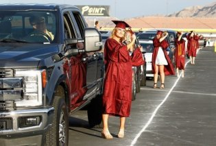 Βρήκαν την λύση: Αποφοίτησαν με τήβεννο στο Λας Βέγκας πάνω σε πίστα αγώνων αυτοκίνητων – Δείτε φωτό & βίντεο - Κυρίως Φωτογραφία - Gallery - Video