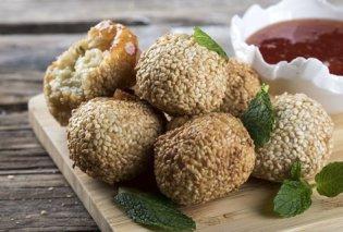 O Άκης Πετρετζίκης μας ετοιμάζει πεντανόστιμες τυροκροκέτες με σουσάμι & μαρμελάδα ντομάτα - Κυρίως Φωτογραφία - Gallery - Video