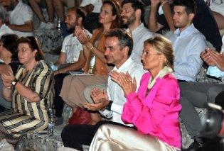 Επίδαυρος: Το μεταξωτό ιβουάρ σαλβάρι της Μαρέβα Μητσοτάκη  - Το εκτυφλωτικό ροζ πουκάμισο & τα γκρι παντοφλέ του Κυριάκου - Κυρίως Φωτογραφία - Gallery - Video