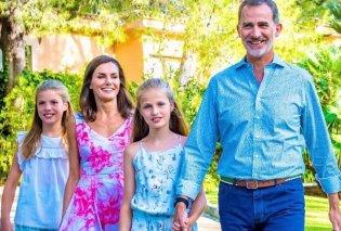 Η νέα εμφάνιση της βασίλισσας Λετίσια στις διακοπές της: Με λευκό φόρεμα & εσπαντρίγιες - Το δροσερό look των κοριτσιών της (φωτό) - Κυρίως Φωτογραφία - Gallery - Video