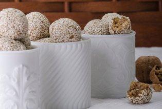 Ο Στέλιος Παρλιάρος μας φτιάχνει μπουκιές με καρύδια & σουσάμι - Κυρίως Φωτογραφία - Gallery - Video