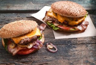 Η Αργυρώ Μπαρμπαρίγου μας δίνει τη συνταγή για τα ωραιότερα, σπιτικά & ζουμερά cheeseburger - Κυρίως Φωτογραφία - Gallery - Video