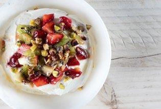 Ο Άκης Πετρετζίκης έφτιαξε ένα υπέροχο και ελαφρύ επιδόρπιο - Μους γιαουρτιού με ξηρούς καρπούς και φρούτα - Κυρίως Φωτογραφία - Gallery - Video