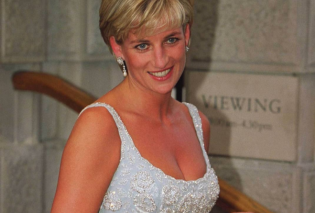 Η bleu nuit τουαλέτα της Diana που έγραψε ιστορία: Μετάξι με τούλια, κεντημένο με swarovski - Πουλήθηκε σε υπέρογκο ποσό (φωτό) - Κυρίως Φωτογραφία - Gallery - Video