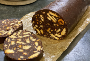 Η Αργυρώ Μπαρμπαρίγου μας φτιάχνει ένα τέλειο σοκολατένιο κορμό - Χωρίς μίξερ, με καραμελωμένα φουντούκια  - Κυρίως Φωτογραφία - Gallery - Video