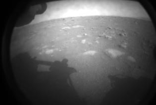 """Ιστορικό γεγονός: Το ρομποτικό ρόβερ """"Perseverance"""" της NASA προσεδαφίστηκε στον Άρη (φωτό - βίντεο) - Κυρίως Φωτογραφία - Gallery - Video"""