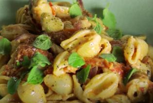 Ο Άκης Πετρετζίκης μας δείχνει το φαγητό που είναι απόλυτο trend στα social media - Ζυμαρικά με ψητή φέτα και ντοματίνια  - Κυρίως Φωτογραφία - Gallery - Video