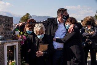 Οδύνη στο τελευταίο αντίο του Γιώργου Καραϊβάζ: Κηδεύτηκε στη Δράμα - Η σύζυγος, η αδερφή, η μητέρα & ο γιος του τον συνόδευσαν στην τελευταία του κατοικία (φωτό & βίντεο) - Κυρίως Φωτογραφία - Gallery - Video