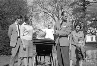 Oι πρίγκιπες αποχαιρετούν on camera τον πατέρα τους Φίλιππο - Ο διάδοχος Κάρολος, ο Άντριου, ο Έντουαρντ & η Άννα για το τελευταίο αντίο (φωτό) - Κυρίως Φωτογραφία - Gallery - Video