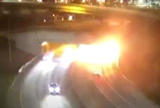 Η στιγμή που εκρήγνυται ένα αυτοκίνητο σε τούνελ, γίνεται μπάλα φωτιάς - Το βίντεο από το τροχαίο κάνει τον γύρο του κόσμου - Κυρίως Φωτογραφία - Gallery - Video