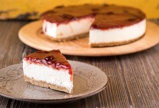 Άκης Πετρετζίκης: Δημιουργεί το πιο καλοκαιρινό γλυκό - Cheesecake φράουλας, ανάλαφρο, δροσερό - Κυρίως Φωτογραφία - Gallery - Video