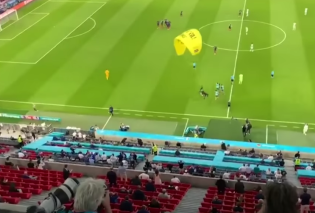 Video: Η στιγμή που ο αλεξιπτωτιστής της Greenpeace πέφτει μέσα στο Στάδιο & τραυματίζει τον κόσμο στον αγώνα Γαλλία - Γερμανία Euro 2020  - Κυρίως Φωτογραφία - Gallery - Video