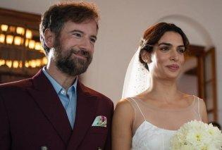 Η πρώτη φωτό από τον γάμο της Τόνιας Σωτηροπούλου & του Μαραβέγιας: Με υπέροχο νυφικό, πέπλο & χρυσάνθεμα η νύφη, με μπορντό σακάκι ο γαμπρός  - Κυρίως Φωτογραφία - Gallery - Video