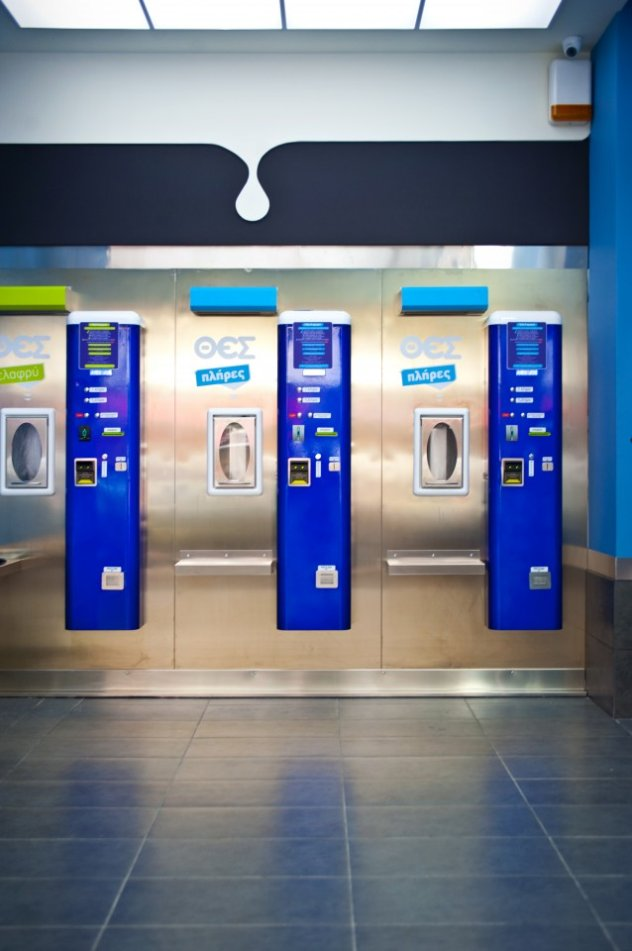 6 αυτόματα μηχανήματα πώλησης γάλακτος βρίσκονται σε 6 διαφορετικά ... 79923f3a06f