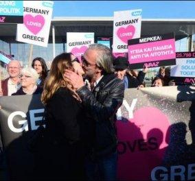 «Η Γερμανία αγαπά την Ελλάδα»: Εκδηλώσεις λατρείας υπέρ της Ελλάδας & του Αλέξη Τσίπρα έξω από την Καγκελαρία! - Κυρίως Φωτογραφία - Gallery - Video