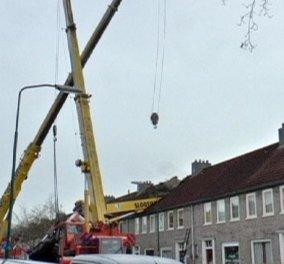 Smile story: Ερωτευμένος Ολλανδός ανέβηκε στον γερανό, κατέστρεψε το σπίτι του γείτονα & έκανε πρόταση γάμου!   - Κυρίως Φωτογραφία - Gallery - Video
