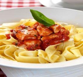 Κοκκινιστό κοτόπουλο της στιγμής με μακαρόνια της Νένας Ισμυρνόγλου - Η τέλεια συνταγή για εργένηδες ή πολυάσχολες γυναίκες! - Κυρίως Φωτογραφία - Gallery - Video