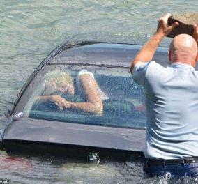 Η συγκλονιστική στιγμή της διάσωσης μιας γυναίκας που πνιγόταν με την BMW της - Έσπασαν με πέτρα το παρμπρίζ και....! (φωτό) - Κυρίως Φωτογραφία - Gallery - Video