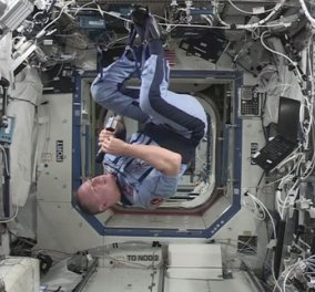 Όταν ο αστροναύτης έκανε τούμπες μέσα στο διαστημόπλοιο με εντολή Μισέλ Ομπάμα & μπροστά στον Μπάρακ! Γιατί;  - Κυρίως Φωτογραφία - Gallery - Video