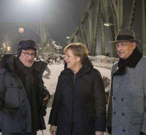 Η φωτογραφία της... ημέρας - Η Άνγκελα Μέρκελ παρέα με τον Στ. Σπίλμπεργκ & τον Τομ Χανκς στο Βερολίνο! (φωτό) - Κυρίως Φωτογραφία - Gallery - Video