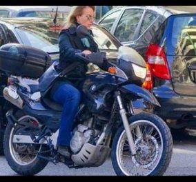 Καβάλα στη μηχανή έφτασε στο Κολωνάκι η Δανάη Στρατου - Βαρουφάκη - μια κυρία Υπουργού αντισυμβατική! (φωτό) - Κυρίως Φωτογραφία - Gallery - Video