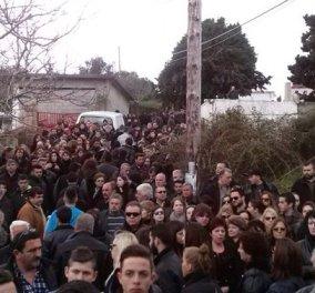 Με ''μπαλωθιές'' & βουβά δάκρυα συνόδευσαν χιλιάδες Κρητικοί τον Βαγγέλη Γιακουμάκη στην τελευταία του κατοικία! - Κυρίως Φωτογραφία - Gallery - Video
