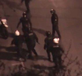 Βίντεο: Αστυνομικοί δέρνουν νεαρό έξω από το Πολυτεχνείο, μετά την προσαγωγή του! - Κυρίως Φωτογραφία - Gallery - Video