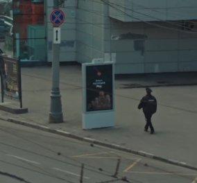 Bίντεο: Αυτή είναι η περιβόητη διαφήμιση στη Ρωσία που... κρύβεται όταν πλησιάζουν αστυνομικοί - Κυρίως Φωτογραφία - Gallery - Video