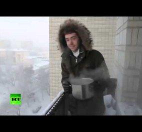 Το τρελό πείραμα στη Ρωσία - Πέταξαν βραστό νερό στους - 41 βαθμούς Κελσίου! Δείτε το βίντεο! - Κυρίως Φωτογραφία - Gallery - Video