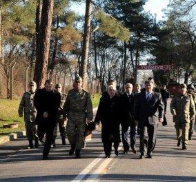 Στα σύνορα με την Τουρκία ο Αντώνης Σαμαράς - πέρασε πεζός απέναντι για να ευχηθεί στους Τούρκους στρατιώτες - Κυρίως Φωτογραφία - Gallery - Video