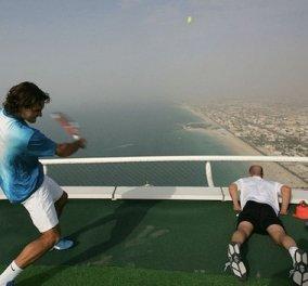 Oυάου! Ο Φέντερερ & ο Αγκάσι παίζουν τένις στο πιο ψηλό γήπεδο του κόσμου - Δείτε τους - Κυρίως Φωτογραφία - Gallery - Video
