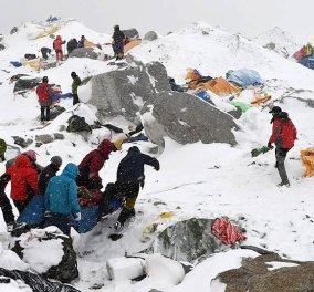 Nεπάλ: 4.000 νεκροί, κομμάτια & θρύψαλα το ιστορικό Κατμαντού - Φωτό & βίντεο που κόβουν την ανάσα  - Κυρίως Φωτογραφία - Gallery - Video