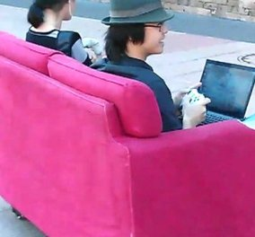 Kαναπές - κρεβάτι; Όχι, καναπές - αυτοκίνητο! Σας πάει παντού - Θα γελάσετε πολύ με την ''δημιουργία''  Αυστραλών φοιτητών! (βίντεο) - Κυρίως Φωτογραφία - Gallery - Video