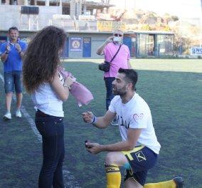 Story: Ποδοσφαιριστής έκανε πρόταση γάμου στην καλή του στο γήπεδο - Πώς βοήθησαν οι συμπαίκτες; - Κυρίως Φωτογραφία - Gallery - Video