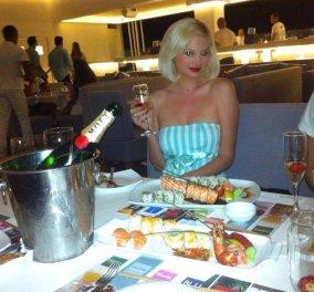 H Τζούλια Αλεξανδράτου σε παιχνιδιάρικες πόζες στην πισίνα των ανέμελων διακοπών της!   - Κυρίως Φωτογραφία - Gallery - Video