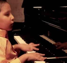 Story of the day: 9χρονος τυφλός παίζει πιάνο, ντραμς & καταπλήσσει με την ορχήστρα τζαζ που παίζει - Βίντεο    - Κυρίως Φωτογραφία - Gallery - Video